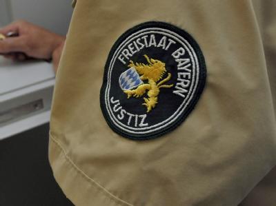 Für den Mord an einem Kollegen sind zwei Bestatter aus Bayern zu hohen Haftstrafen verurteilt worden.