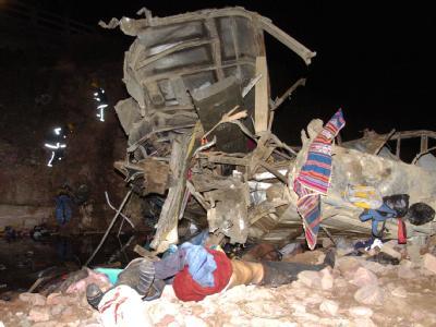 Das Wrack des zerstörten Busses in Bolivien.