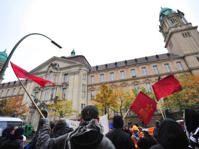 Linke Autonome protestieren vor dem Landgericht in Berlin gegen das bevorstehende Urteil gegen die Brandstifter.