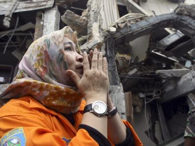 Eine freiwillige Helferin betet in Padang für die Opfer des schweren Erdbebens.