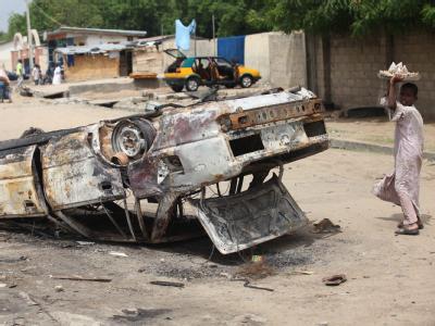 Ein ausgebrannter Wagen nach einem Gefecht zwischen Regierungstruppen und Anhängern der islamistischen Sekte Boko Haram. Archivfoto: epa/str