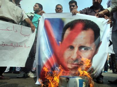 Gegner des Assad-Regimes bei einer Protestveranstaltung vor der syrischen Botschaft in Kairo. Foto: Khaled Elfiqi/Archivbild