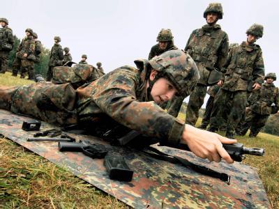 Soldaten während der Grundausbildung (Archivbild): Die Verkürzung der Wehrpflicht von neun auf sechs Monate soll vorgezogen werden.