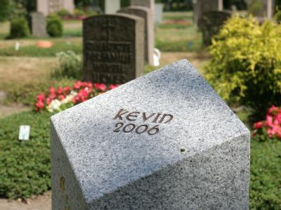 Der Grabstein des im Alter von zweieinhalb Jahren gestorbenen Kevin in Bremen.