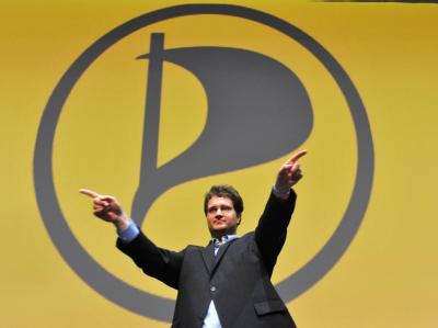 Sebastian Nerz vor dem Logo der Piratenpartei. Archivfoto: Stefan Puchner