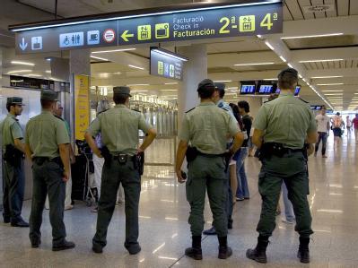 Polizisten am Flughafen