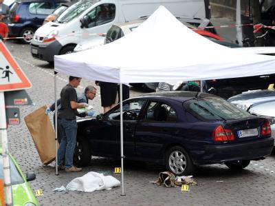 Mitarbeiter der Kriminalpolizei sichern am Donnerstag in Berlin-Wedding Beweismittel.