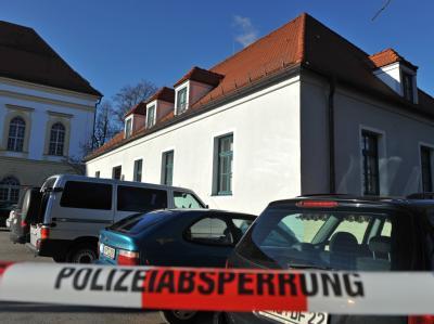 Nach den tödlichen Schüssen: Ein Absperrband der Polizei vor dem Gebäude des Amtsgerichts in Dachau. Foto: Andreas Gebert