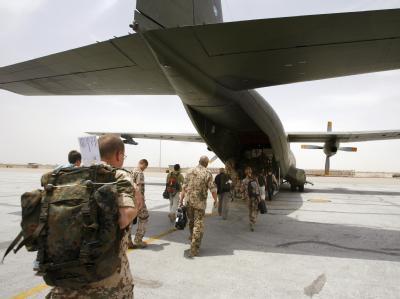 Deutsche Soldaten besteigen im afghanischen Masar-i-Scharif eine Transall-Maschine der Bundeswehr. (Archivfoto)