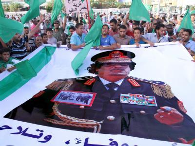 Gaddafi-Anhänger mit einem Bild des libyschen Revolutionsführers.