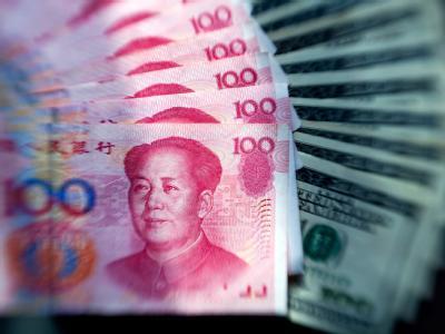 Yuan-Scheine und Dollarnoten: Das US-Repräsentantenhaus hat für Strafzölle auf chinesische Importe gestimmt.