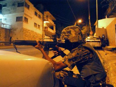 Ein Soldat während der mehrstündigen Schießerei in Acapulco.