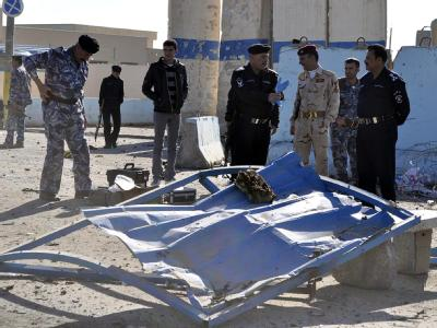 Irakische Polizisten inspizieren am Montag den Ort eines Anschlags.