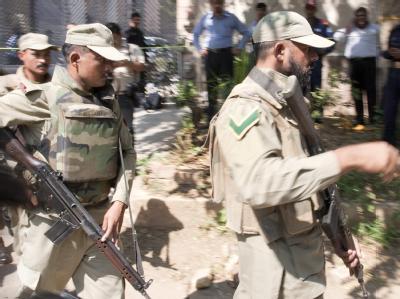 Sicherheitskräfte sperren das Gebiet rund um den Anschlagsort in Islamabad ab.
