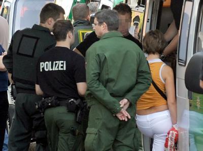 Polizisten bei einer Bordell-Kontrolle im Juli 2009. (Archiv- und Symbolbild)