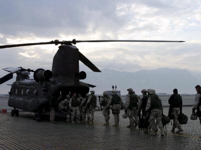 US-Soldaten steigen in Afghanistan in einen Hubschrauber. (Archivbild)