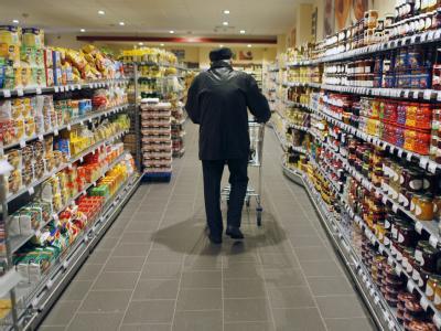 Blick in einen Supermarkt: Die Verbraucher der EU müssen für Waren sehr unterschiedlich tief in die Geldbörse greifen.