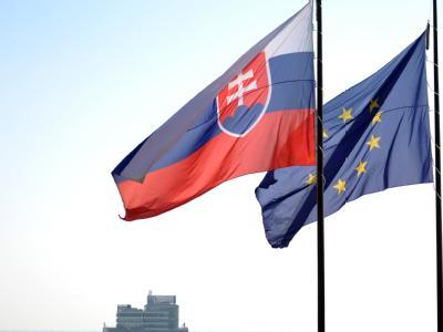 Die Flagge der EU und der Slowakei vor dem Nationalrat in Bratislava. Foto: Rainer Jensen