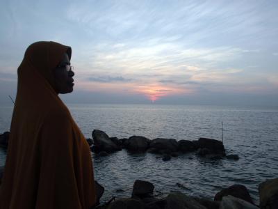 Eine Frau an einer Küste Indonesiens. Millionen Asiaten sind durch steigende Meeresspiegel bedroht. Foto: Hotli Simanjuntak/Archiv