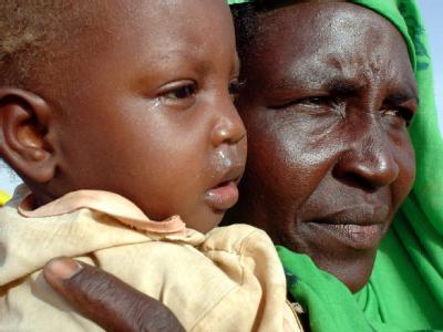 Eine Mutter mit einem ihrer Kinder in einem Flüchtlingslager in der Krisenregion Nord-Darfur im Sudan. (Archivbild)