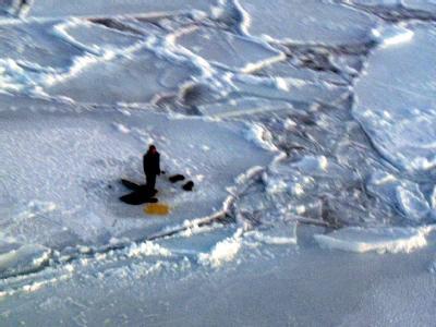 Jugendlicher �berlebt auf Eisscholle