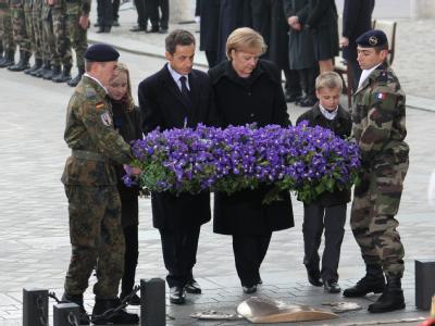 Frankreichs Präsident Sarkozy legt zusammen mit Kanzlerin Merkel am Grab des unbekannten Soldaten einen Kranz nieder.