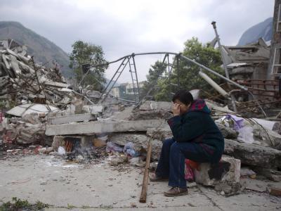 Eine Chinesin weint im Mai 2008 um die Toten des verheerenden Bebens.