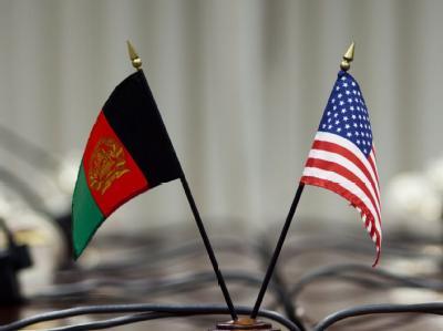Die Flaggen Afghanistans und der USA auf einem Konferenztisch. 20 Monate war über das Partnerschaftsabkommen verhandelt worden. Foto: Jim lo Scalzo