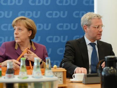 Norbert Röttgen und Kanzlerin Merkel bei einer Bundesvorstandssitzung der CDU. Foto: Rainer Jensen/Archivbild