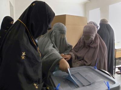 Verhüllte afghanische Frauen geben bei der Wahl am 18. September ihre Stimme ab.