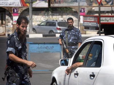 Polizeimänner der Hamas bei einer Wagenkontrolle im Gazastreifen.