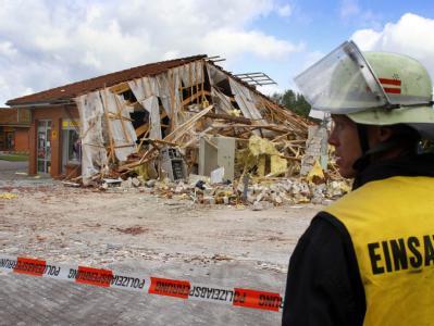 Von der Bankfiliale in Malliß in Mecklenburg-Vorpommern blieben nur noch Trümmer - und ein unversehrter Tresor.