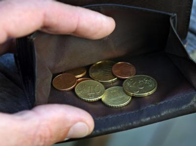 Nur noch wenige Münzen in der Brieftasche. Laut Statistik ist jeder Sechste in Deutschland arm.