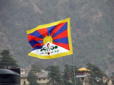 Die tibetische Fahne in einem indischen Dorf. Vor dem Jahrestag des Aufstands hat die kommunistische Führung in Peking Reisen nach Tibet untersagt.