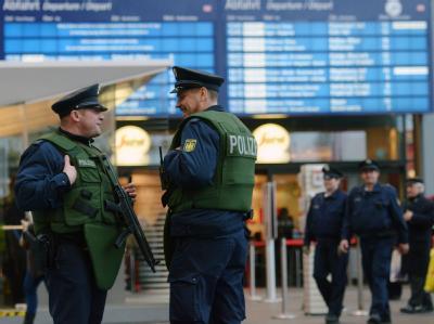 Polizeibeamte sichern einen Bahnhof. Noch gibt es über die Verlängerung der Anti-Terror-Gesetze keine Einigung.