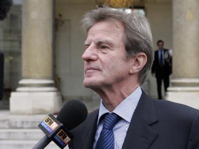 Frankreichs Außenminister Kouchner gibt vor dem Elysee-Palast ein Interview. (Archivbild)