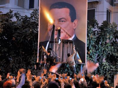 Demonstranten reißen in Alexandria ein Plakat von Präsident Mubarak in Stücke.