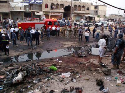 Iraker umringen den Ort eines Anschlags (Archivbild): Bei einer Explosion auf einem Marktplatz haben am Freitag viele Menschen ihr Leben verloren.