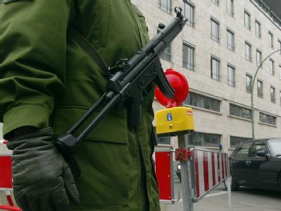 Ein mit einer Maschinenpistole bewaffneter Polizist in Berlin. (Archivbild)