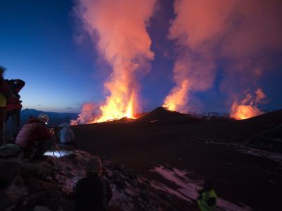 Vulkanausbruch am Rande des Eyjafjalla-Gletschers auf Island.