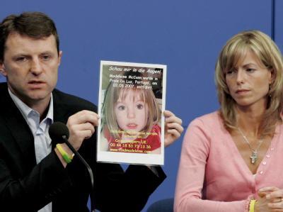 Kate und Gerry McCann zeigen im Juni 2006 bei einer Pressekonferenz ein Foto ihrer Tochter Madeleine.