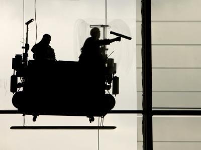 Fensterputzer in Berlin. Gut jeder fünfte Vollzeitarbeitnehmer ist im Niedriglohnsektor beschäftigt.