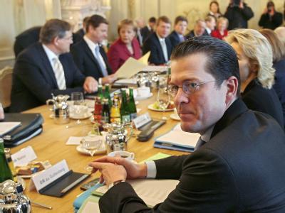 Bundesverteidigungsminister Karl Theodor zu Guttenberg (CSU, r) während der Kabinettssitzung im Schloss Meseberg.