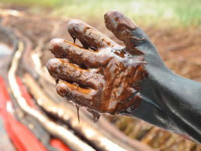 Ölverschmierter Handschuh