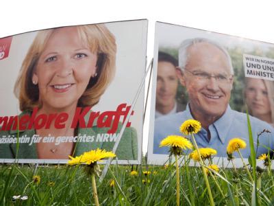 Wahlplakate der SPD und der CDU. Eine Woche vor der Landtagswahl liefern sich Schwarz-Gelb und Rot-Grün ein Kopf-an-Kopf-Rennen.