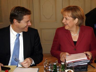 Bundeskanzlerin Angela Merkel (CDU) zu Beginn der Kabinettssitzung im Schloss Meseberg mit Bundesaußenminister Guido Westerwelle (FDP).