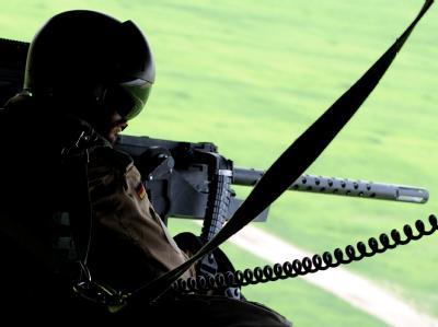 Ein Soldat überwacht auf dem Flug nach Kundus mit einem schweren Maschinengewehr die Umgebung.