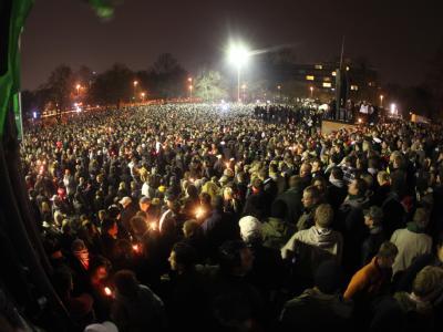 Tausende Fans trauern in Hannover vor der AWD-Arena um Robert Enke.