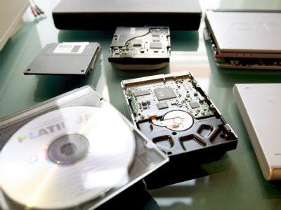 Konfiszierte Rechner und Festplatten nach einer Razzia gegen Kinderpornografie. (Archivbild)