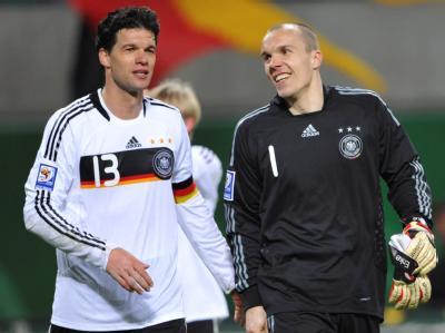Im März freute sich Robert Enke (r.) zusammen mit dem deutschen Team-Kapitän Michael Ballack über das gewonnene WM-Qualifiktionsspiel gegen Lichtenstein.